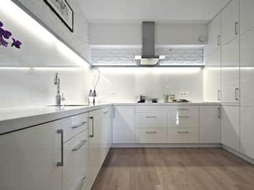 BIAŁE WNĘTRZE<br /><span>minimalistyczne meble i biała cegła ocieplona dębową podłogą zrealizowane w inwestycji Orion Inwestment przy ul. Przemysłowej 15 w Krakowie</span>